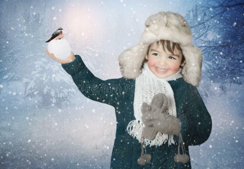 Gladlynt barn i vinterhatt royaltyfri foto