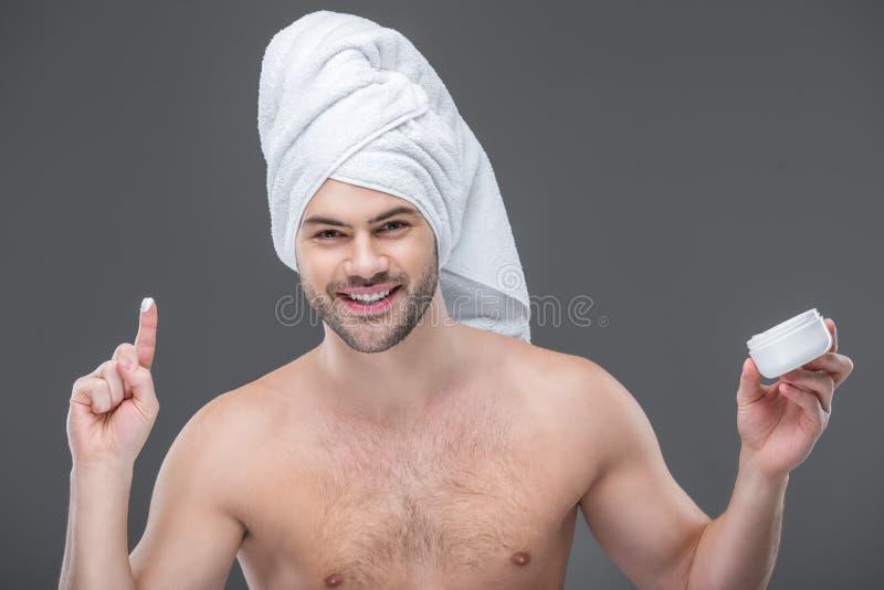 gladlynt beardman i hållande framsidakräm för handduk, arkivbilder