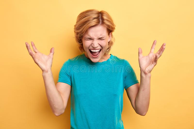 Gladlynt blond emotionell kvinna som firar hennes framgång arkivbilder