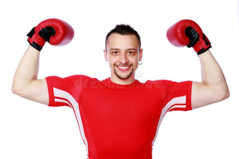 Gladlynt boxaremanvinnare som lyfter armar arkivfoton