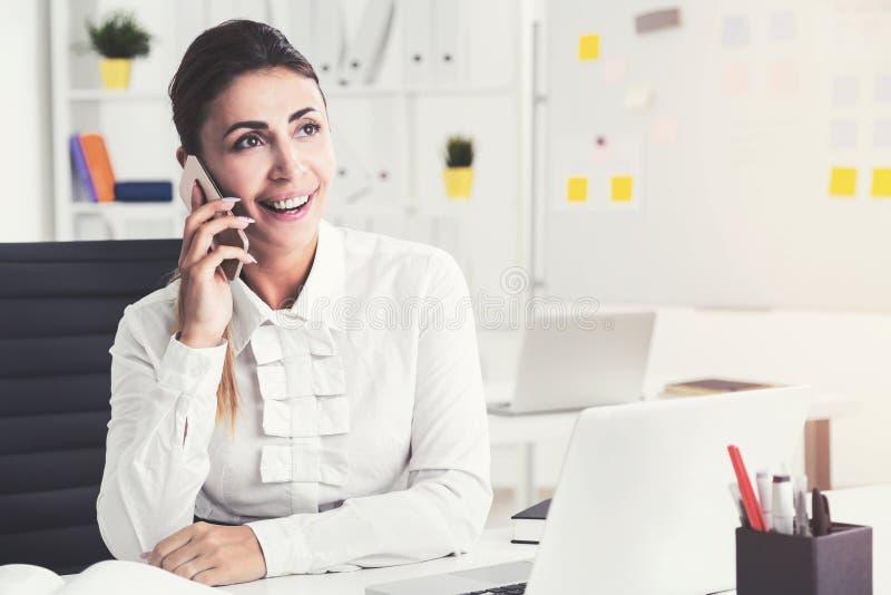 Gladlynt brun haired affärskvinna på telefonen royaltyfria foton
