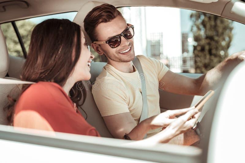 Gladlynt brunettman som talar till hans partner royaltyfri foto