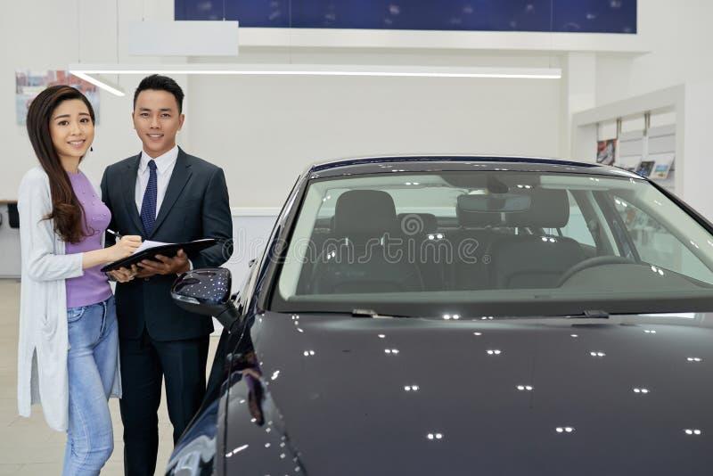 Gladlynt chef för bilåterförsäljare arkivfoto