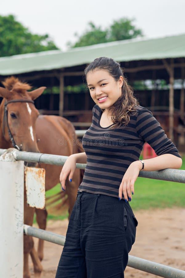gladlynt cowgirl royaltyfri bild