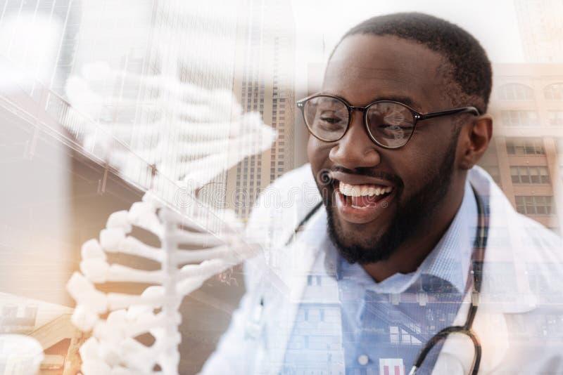Gladlynt doktor som uttrycker lycka arkivbild