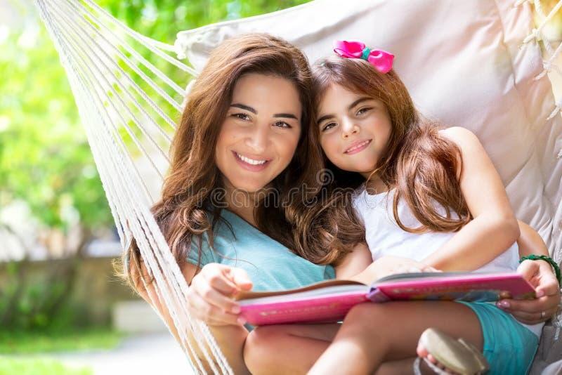 gladlynt dottermoder arkivbilder