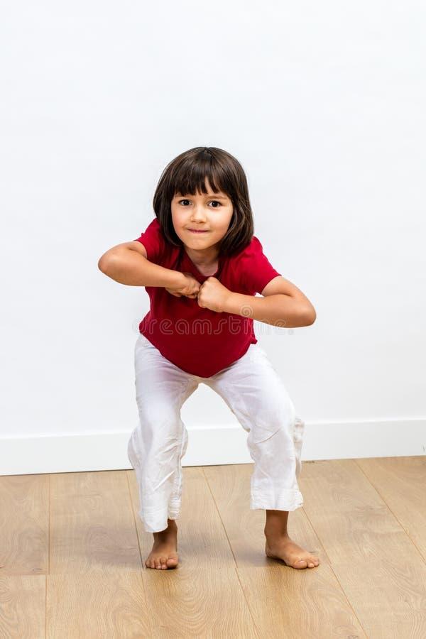 Gladlynt driftigt ungt barn som uttrycker dynamisk kroppsspråk och motivation arkivbilder