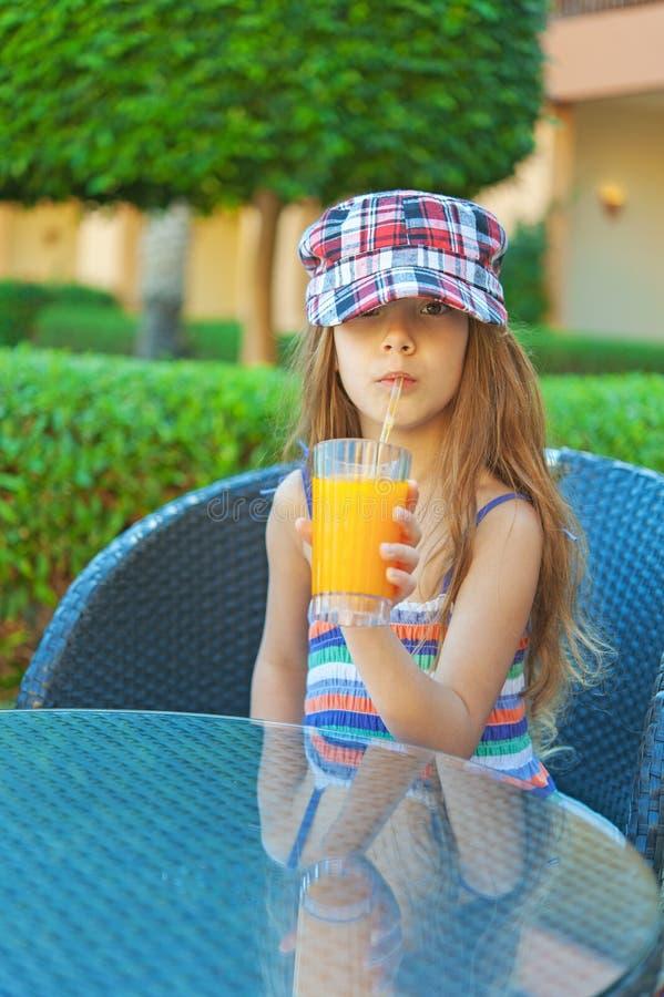 Gladlynt drink för flickapersikafruktsaft royaltyfri foto