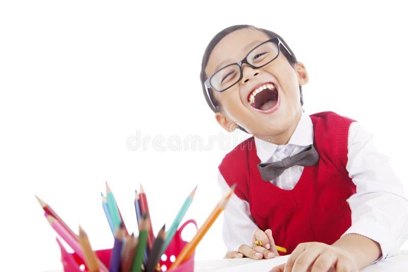 Gladlynt elev med crayonen arkivfoto