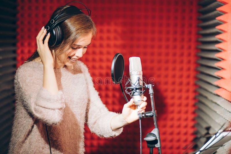 Gladlynt emotionell flicka som utför i studion fotografering för bildbyråer