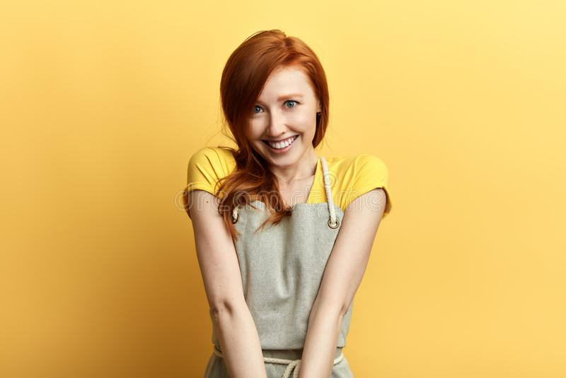 Gladlynt emotionell kvinna som visar perfekta vita tänder, medan ha gyckel inomhus arkivbilder
