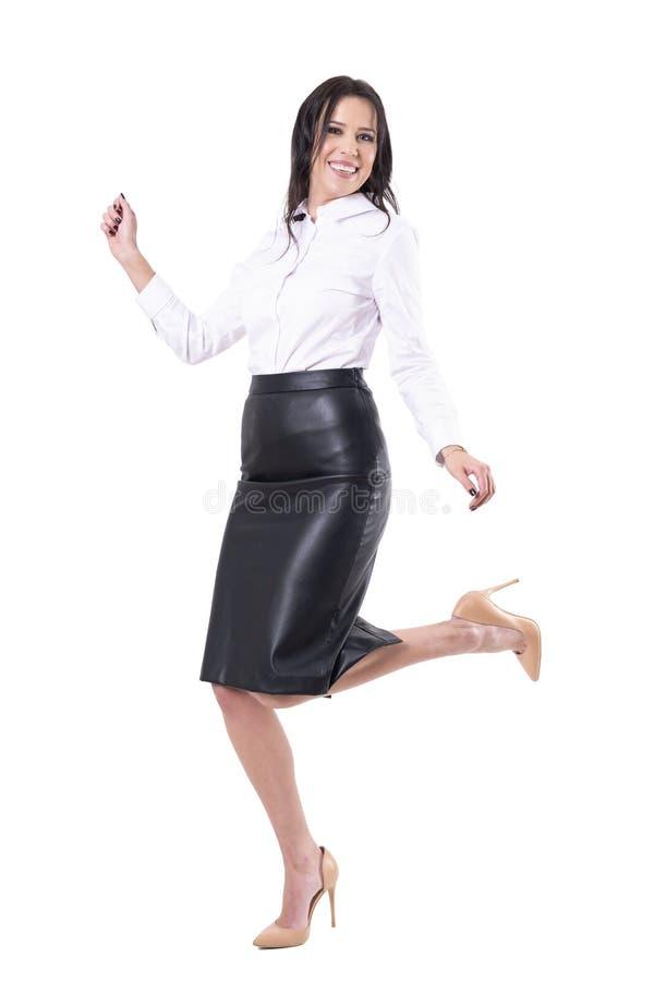 Gladlynt extatisk ung aff?rskvinna som hoppar dans och firar framg?ng arkivbild