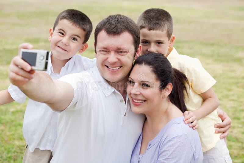 gladlynt för ståendesjälv för familj fem ta royaltyfri foto