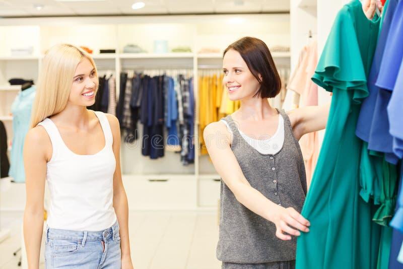 Gladlynt försäljareportionklient i boutique royaltyfria foton