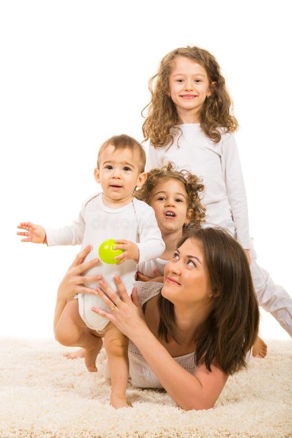 Gladlynt familj arkivfoton