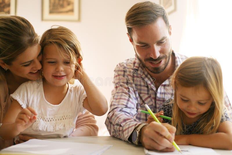 gladlynt familj close upp arkivbild