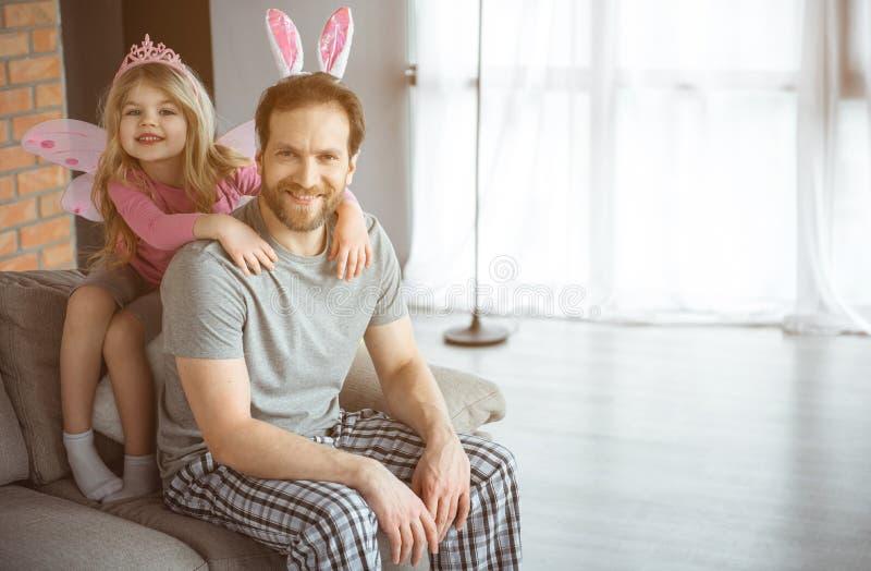 Gladlynt familj som hemma spelar med daugher royaltyfri fotografi
