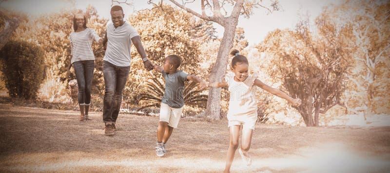 Gladlynt familj som tillsammans tycker om arkivfoto