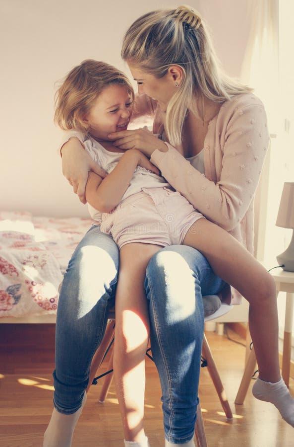 gladlynt familj Time för flickor royaltyfria bilder