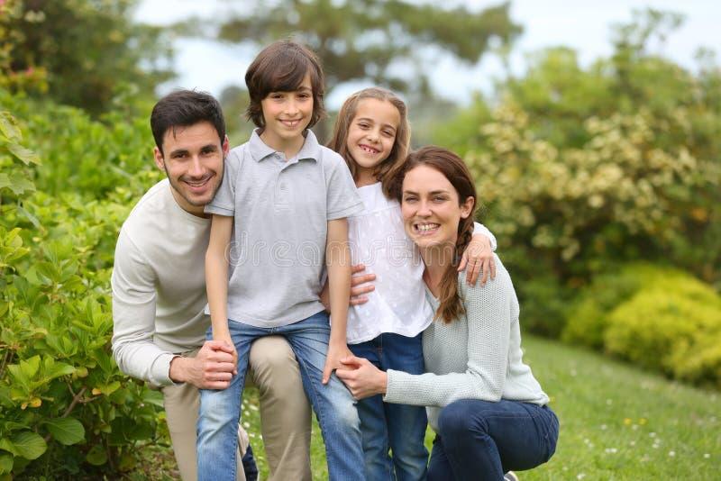 Gladlynt familj utomhus arkivfoton