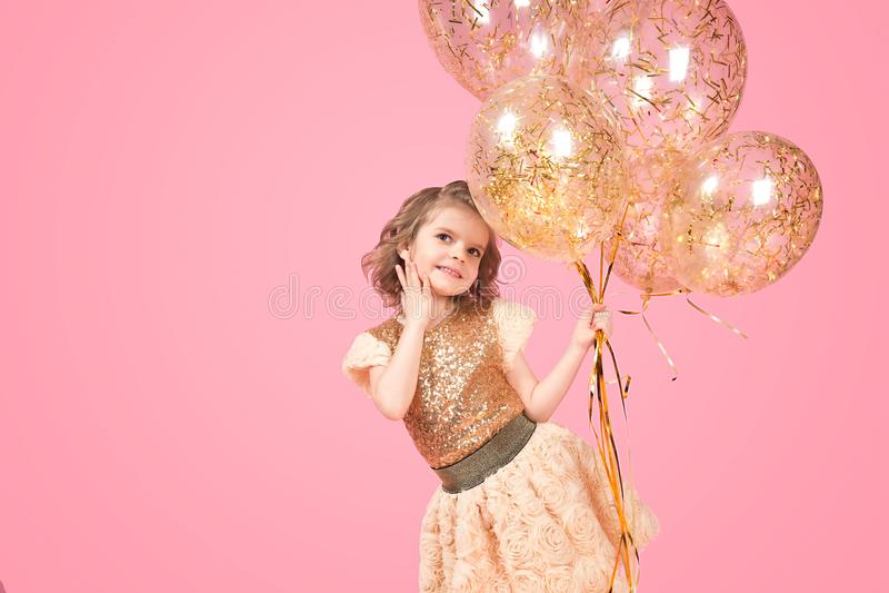 Gladlynt festlig flicka med gruppen av ballonger royaltyfria foton