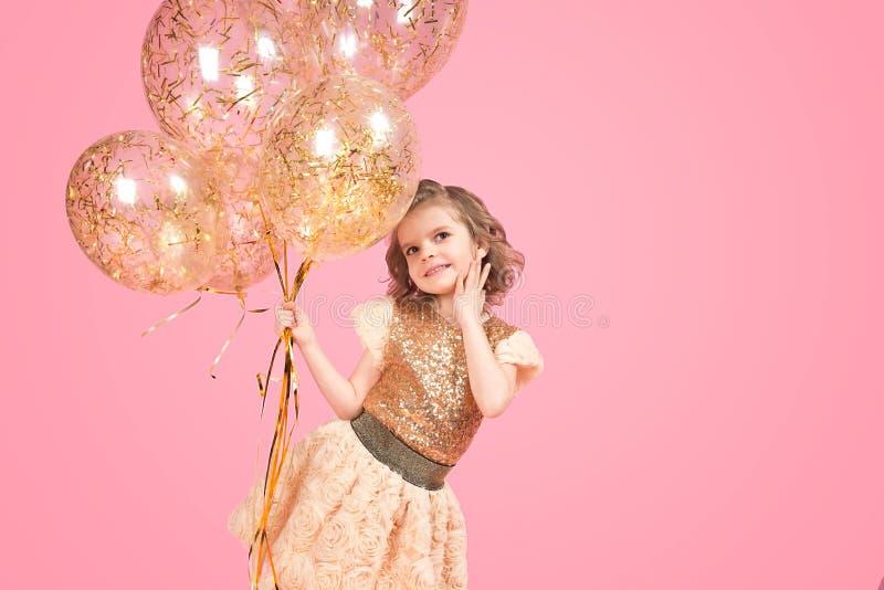 Gladlynt festlig flicka med gruppen av ballonger royaltyfri fotografi