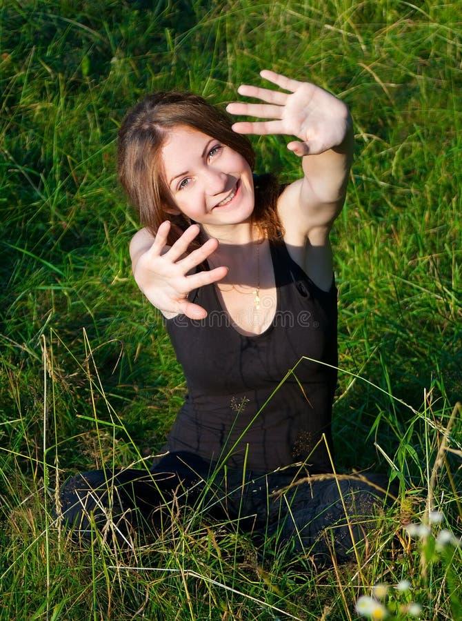 Gladlynt flicka i fält royaltyfri fotografi