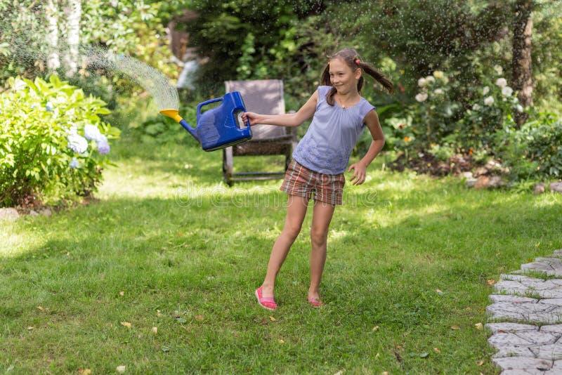 Gladlynt flicka i sommarträdgården arkivbilder