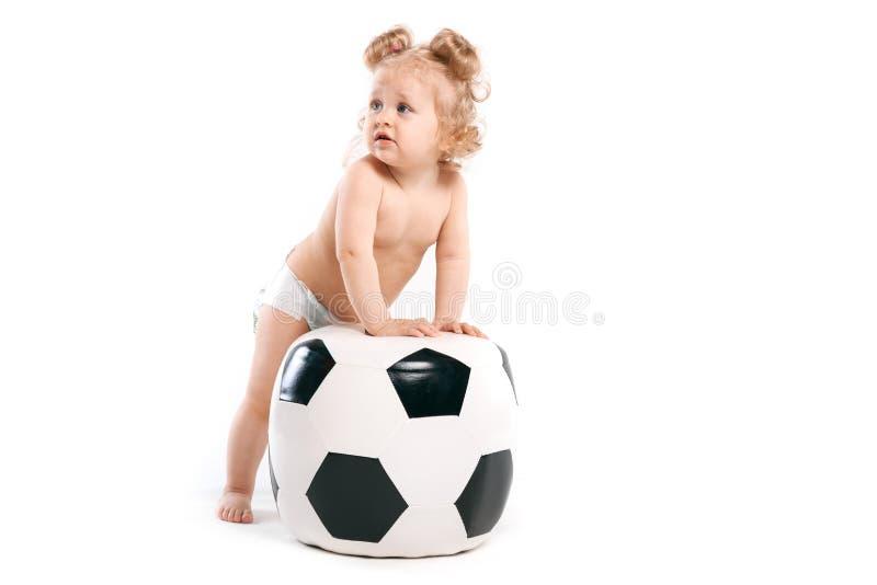 Gladlynt flicka med en fotbollboll arkivfoton