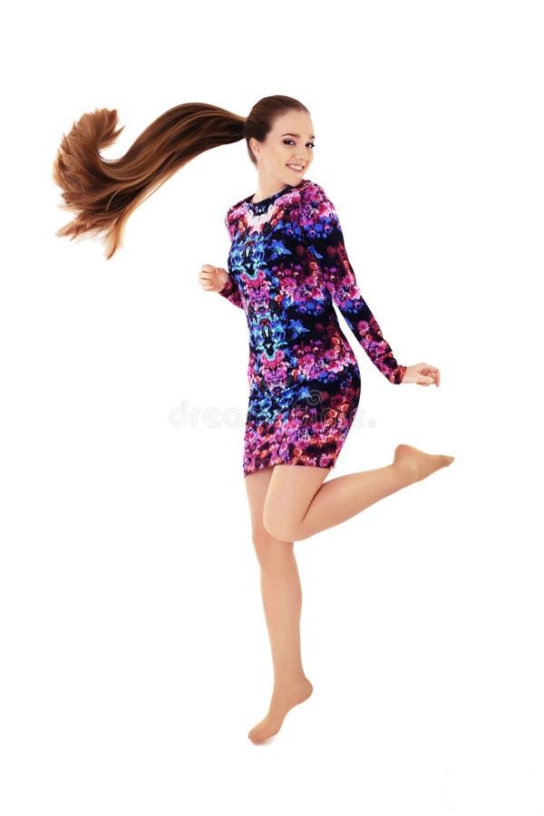Gladlynt flicka med mycket långt hår hopp Begreppet av lifestylen fotografering för bildbyråer