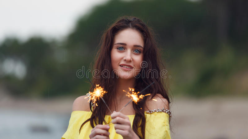 Gladlynt flicka med tomtebloss royaltyfri fotografi