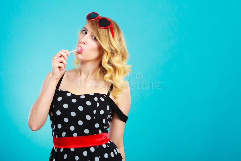Gladlynt flicka som rymmer den lilla klubbagodisen i hand royaltyfri fotografi