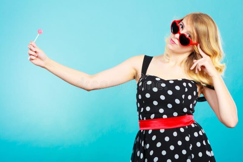 Gladlynt flicka som rymmer den lilla klubbagodisen i hand fotografering för bildbyråer