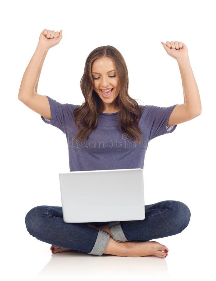 gladlynt flickabärbar dator arkivbilder