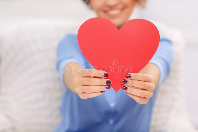 gladlynt flickahjärtaholding fotografering för bildbyråer