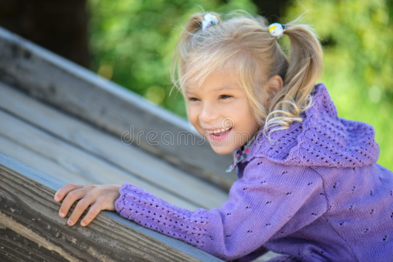 gladlynt flickaståendebarn royaltyfria foton