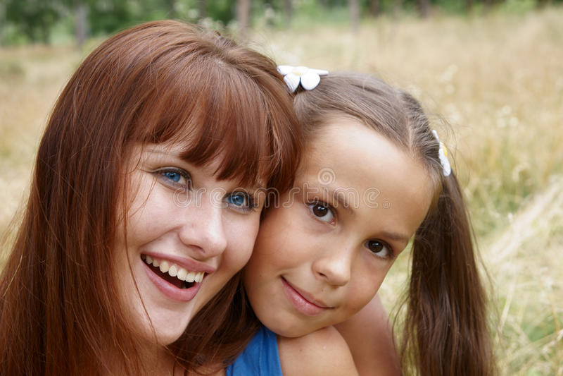 gladlynt flickor utomhus royaltyfri fotografi