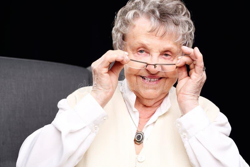 Gladlynt gammal kvinna arkivbild