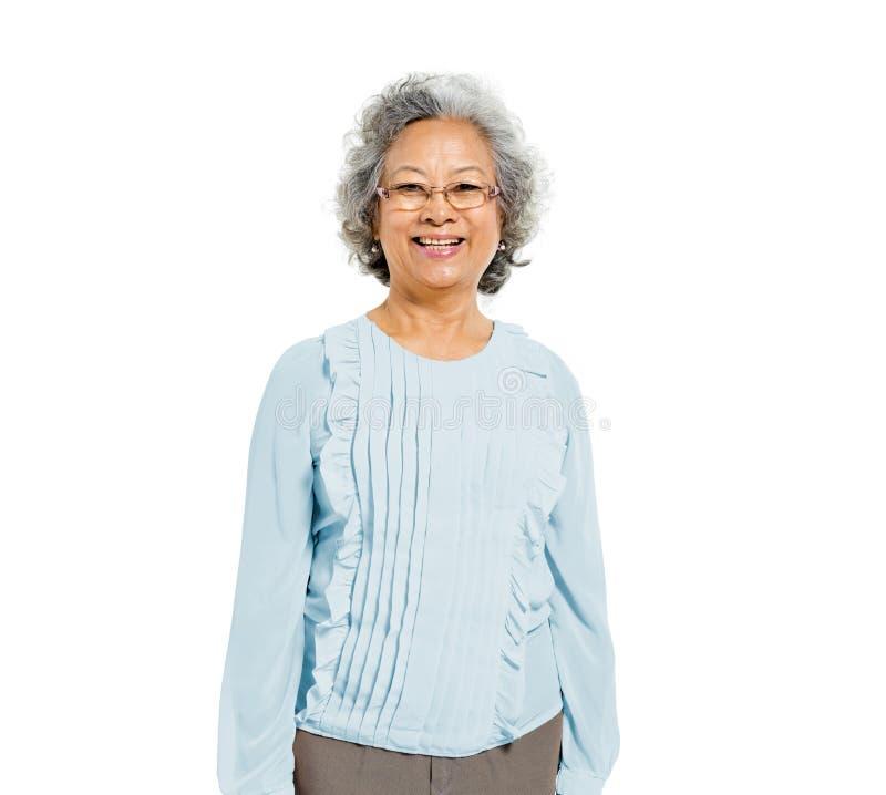 Gladlynt gammal tillfällig asiatisk kvinna royaltyfria foton
