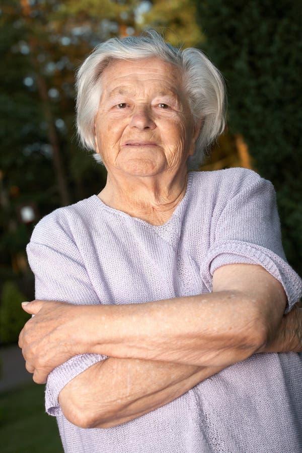 gladlynt gammalare kvinna arkivbild