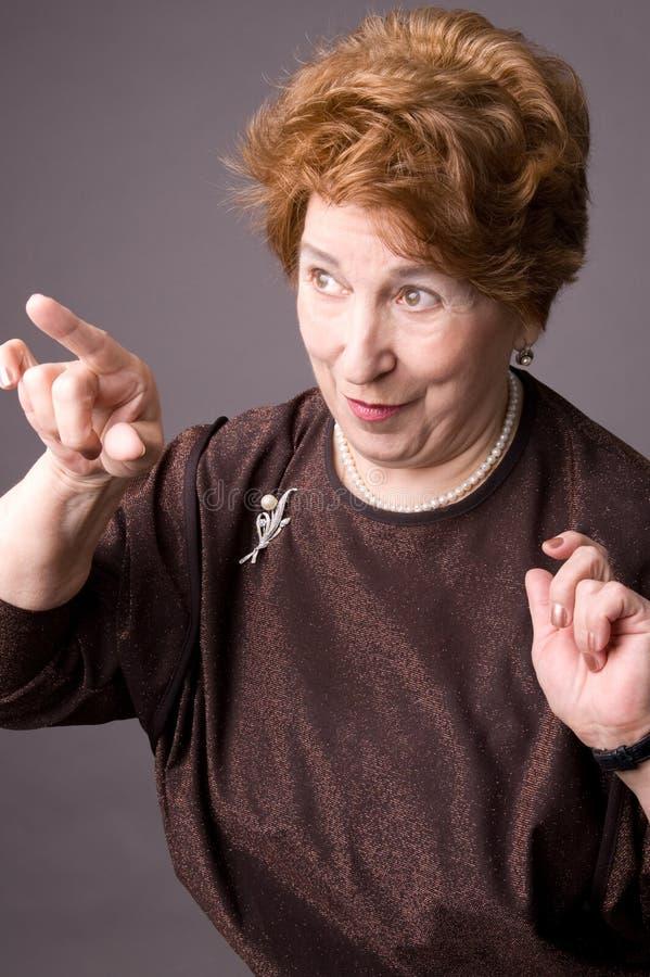 gladlynt gammalare kvinna royaltyfri bild