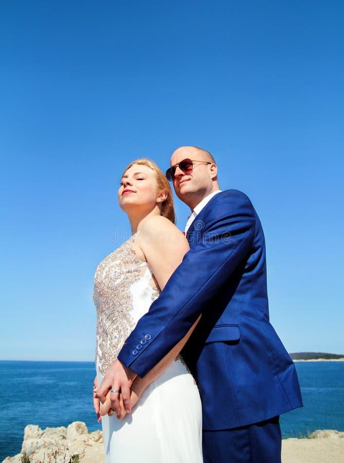 Gladlynt gift paranseende på stranden royaltyfria bilder