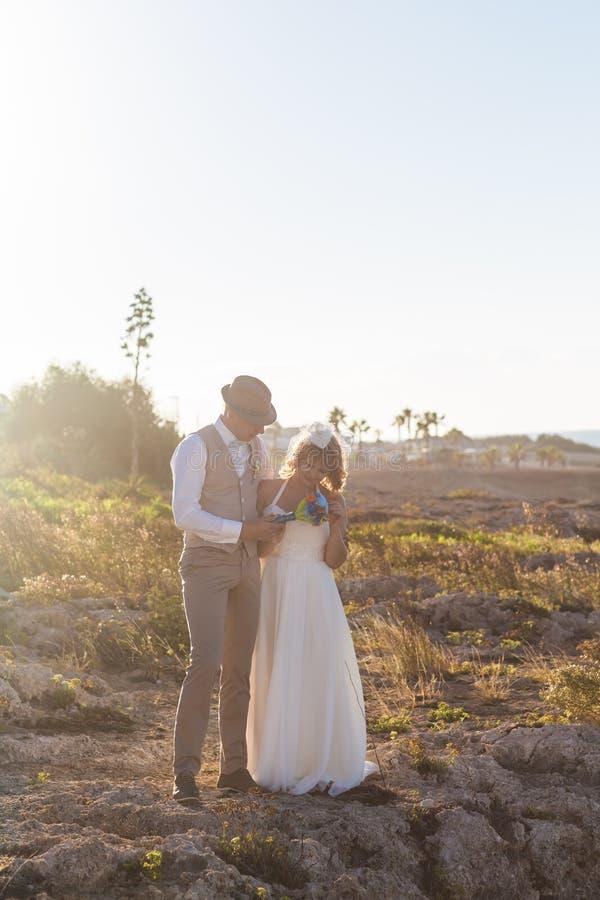 Gladlynt gift paranseende på stranden arkivfoto