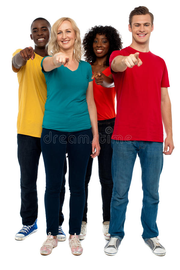 Gladlynt grupp av tonåringar som pekar på dig arkivbilder
