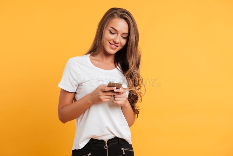 Gladlynt gullig härlig ung kvinna som pratar vid mobiltelefonen royaltyfria bilder