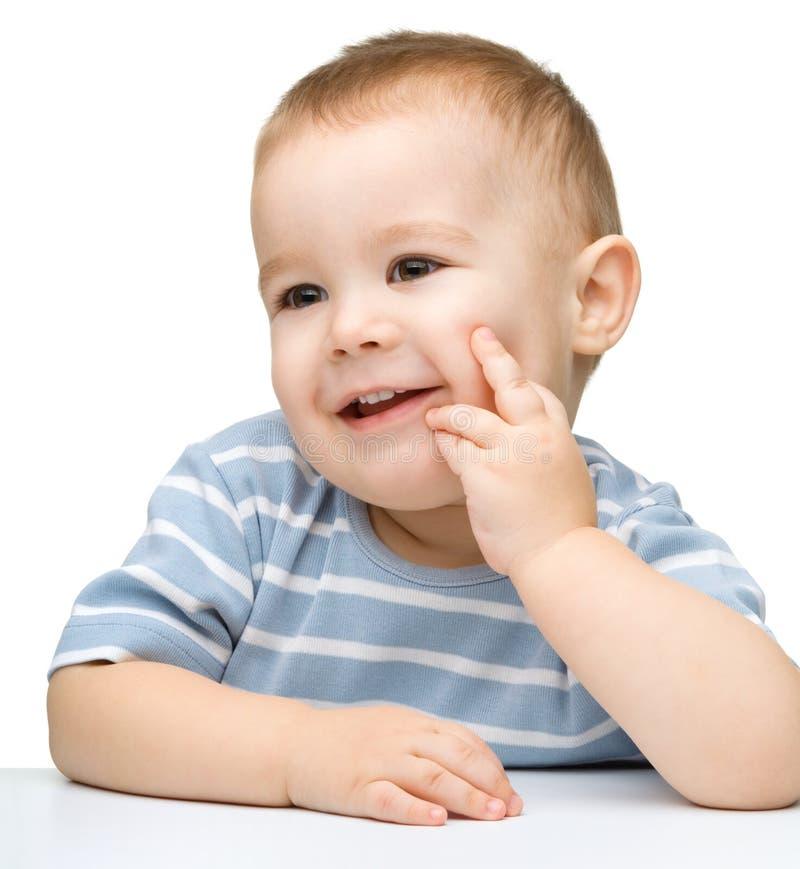 gladlynt gullig liten stående för pojke arkivfoto