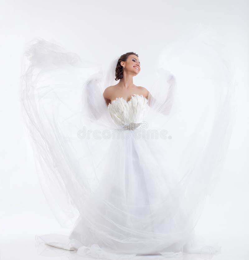 Gladlynt härlig brud som isoleras på vit royaltyfri fotografi