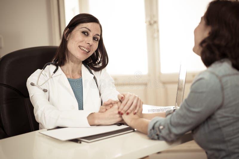 Gladlynt härlig doktorsspecialist på hennes sjukhuskontor med ut ur den tålmodiga kvinnan för fokus royaltyfria foton