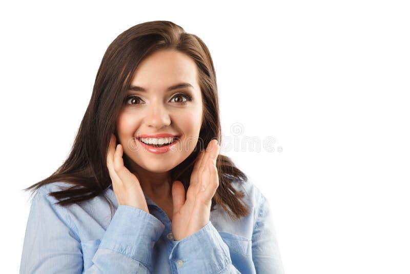 Gladlynt härlig förvånad kvinna i den isolerade blåa skjortan arkivbilder
