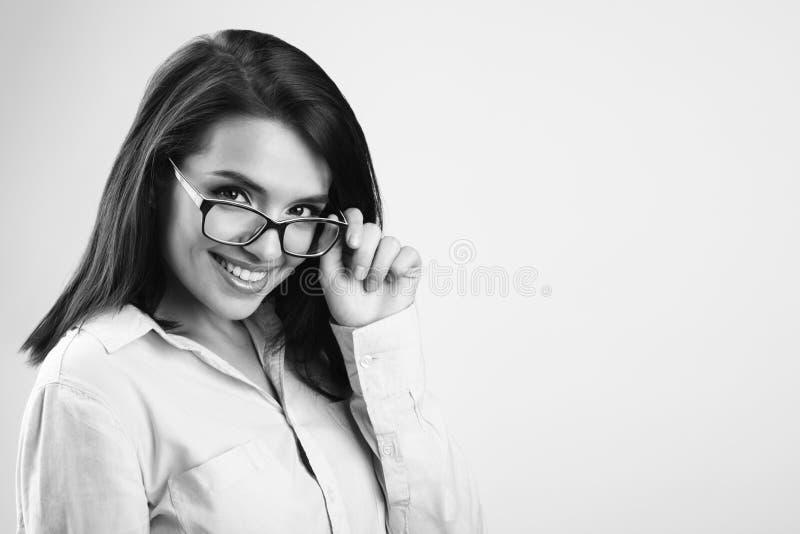 Gladlynt härlig ung affärskvinna med exponeringsglas Svart och arkivfoto